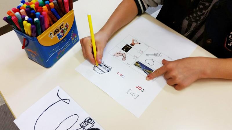 l-enfant-dessine-a-l-ecole